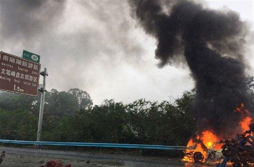 海南环岛东线高速39公里处发生车祸